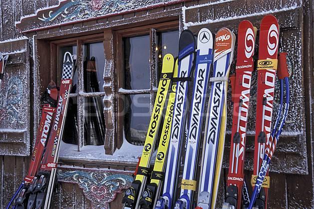 da2819-05LE : Ski de piste, Equipement de ski & snowboard, Alpes. ski de piste Europe, CEE, sport, loisir, action, glisse, sport de montagne, sport d'hiver, ski, cabane, C02, C01 environnement, matériel, patrimoine (France).