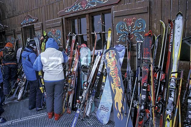 da2819-06LE : Ski de piste, Equipement de ski & snowboard, Alpes. ski de piste Europe, CEE, sport, loisir, action, glisse, sport de montagne, sport d'hiver, ski, cabane, C02, C01 matériel, personnage (France).