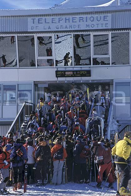da2819-16LE : Ski de piste, Téléphérique de la Grande Motte, Tignes, Savoie, Alpes. ski de piste Europe, CEE, sport, loisir, action, glisse, sport de montagne, sport d'hiver, ski, télécabine, C02, C01 environnement, groupe, personnage (France).