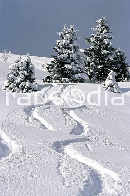 da2904-03LE : Ski-freeride, Les Contamines Montjoie, Haute-Savoie, Alpes. ski hors piste Europe, CEE, sport, loisir, action, glisse, sport de montagne, sport d'hiver, ski, sport extrême, ciel bleu, pente, poudreuse, sapin, trace, C02, C01 arbre, paysage, Annecy 2018 (France).