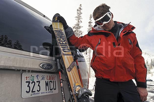 da2912-14LE : Ski, Snowbird, Utah. ski de piste Amérique du nord, sport, loisir, action, glisse, sport de montagne, sport d'hiver, ski, repos, ski, voiture, C02, C01 gros plan, homme, matériel, personnage, portrait, transport (Usa).