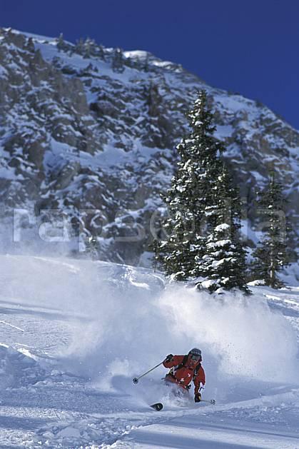 da2914-29LE : Ski-freeride, Snowbird, Utah. ski hors piste Amérique du nord, sport, loisir, action, glisse, sport de montagne, sport d'hiver, ski, sport extrême, barre rocheuse, ciel bleu, gerbe, godille, poudreuse, sapin, virage, C02, C01 arbre, homme, personnage (Usa).