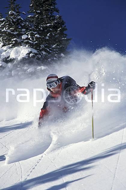 da2917-11LE : Ski-freeride, Snowbird, Utah. ski hors piste Amérique du nord, sport, loisir, action, glisse, sport de montagne, sport d'hiver, ski, sport extrême, ciel bleu, gerbe, poudreuse, sac à dos, sapin, virage, virage coupé, C02, C01 homme, personnage (Usa).