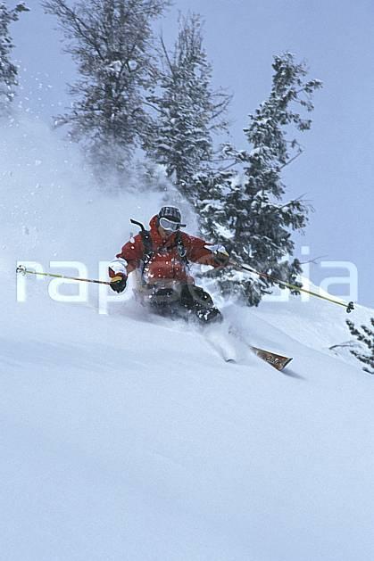 da2926-08LE : Ski-freeride, Jackson Hole, Wyoming. ski hors piste Amérique du nord, sport, loisir, action, glisse, sport de montagne, sport d'hiver, ski, sport extrême, ciel voilé, délectation, dynamisme, énergie, gerbe, glisse, liberté, plaisir, poudreuse, sapin, virage, virage coupé, C02, C01 arbre, homme, personnage (Usa).