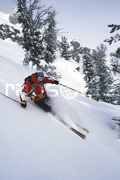 da2926-11LE : Ski-freeride, Jackson Hole, Wyoming. ski hors piste Amérique du nord, sport, loisir, action, glisse, sport de montagne, sport d'hiver, ski, sport extrême, ciel voilé, délectation, dynamisme, énergie, glisse, grande courbe, liberté, plaisir, poudreuse, sapin, virage, C02, C01 arbre, forêt, homme, personnage (Usa).