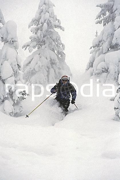 da2929-25LE : Ski-freeride, Grand Targhee, Wyoming. ski hors piste Amérique du nord, sport, loisir, action, glisse, sport de montagne, sport d'hiver, ski, sport extrême, brouillard, ciel nuageux, gerbe, godille, mauvais temps, poudreuse, sapin, virage, C02, C01 arbre, forêt, homme, personnage (Usa).