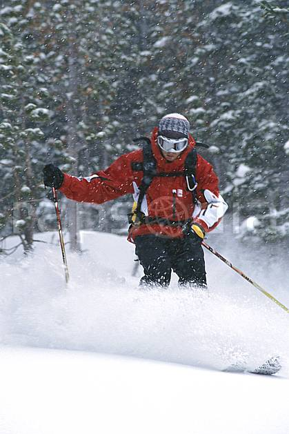 da2950-09LE : Ski-freeride, Jackson Hole, Wyoming. ski hors piste Amérique du nord, sport, loisir, action, glisse, sport de montagne, sport d'hiver, ski, sport extrême, brouillard, gerbe, godille, mauvais temps, poudreuse, sapin, virage, C02, C01 arbre, forêt, homme, personnage (Usa).