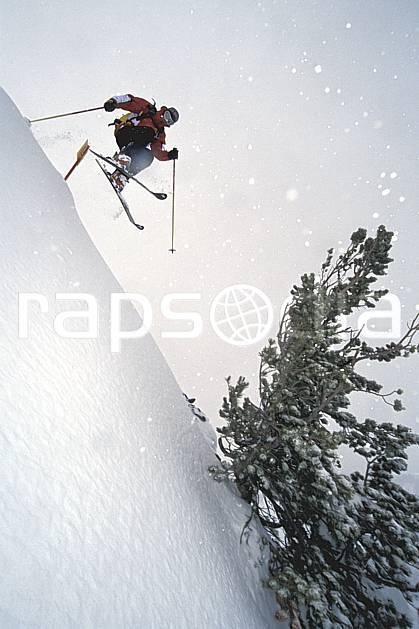 da2950-11LE : Ski-freeride, Jackson Hole, Wyoming. ski hors piste Amérique du nord, sport, loisir, action, glisse, sport de montagne, sport d'hiver, ski, sport extrême, brouillard, flotter, liberté, mauvais temps, pente raide, poudreuse, sapin, voler, C02, C01 arbre, homme, personnage, saut (Usa).