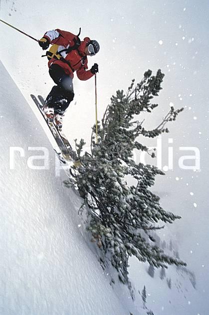 da2950-12LE : Ski-freeride, Jackson Hole, Wyoming. ski hors piste Amérique du nord, sport, loisir, action, glisse, sport de montagne, sport d'hiver, ski, sport extrême, brouillard, flotter, liberté, mauvais temps, pente raide, poudreuse, sapin, voler, C02, C01 arbre, homme, personnage, saut (Usa).