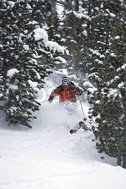 da2956-12LE : Ski-freeride, Big Sky, Montana. ski hors piste Amérique du nord, sport, loisir, action, glisse, sport de montagne, sport d'hiver, ski, sport extrême, gerbe, godille, poudreuse, sapin, virage, C02, C01 arbre, forêt, homme, personnage (Usa).