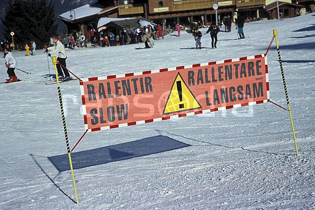 da3133-14LE : Sécurité des pistes, Panneau indicateur, Alpes. ski de piste Europe, CEE, sport, loisir, action, glisse, sport de montagne, sport d'hiver, ski, risque, C02, C01 environnement (France).