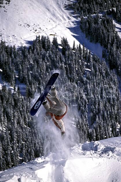 db2132-08LE : Freeride, Notre Dame de Bellecombe, Savoie, Alpes. snowboard Europe, CEE, sport, loisir, action, glisse, sport de montagne, sport d'hiver, ski, sport extrême, zen, délectation, évasion, flotter, gerbe, plaisir, liberté, plaisir, planer, plénitude, ravissement, sapin, voler, plénitude, C02, C01 arbre, forêt, homme, personnage, saut (France).