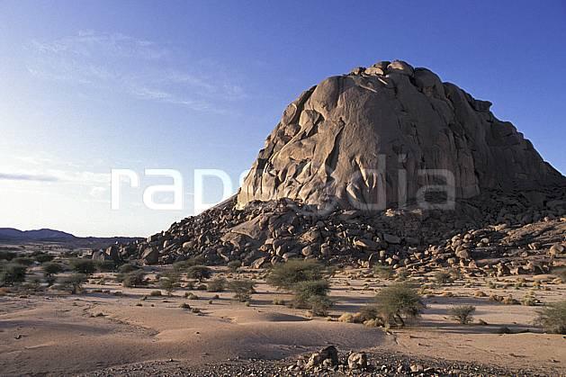 ea0354-03LE : Sahara, Massif du Hoggar.  Afrique, Afrique du nord, arbuste, ciel bleu, falaise, C02, C01 désert, paysage, voyage aventure (Algérie).