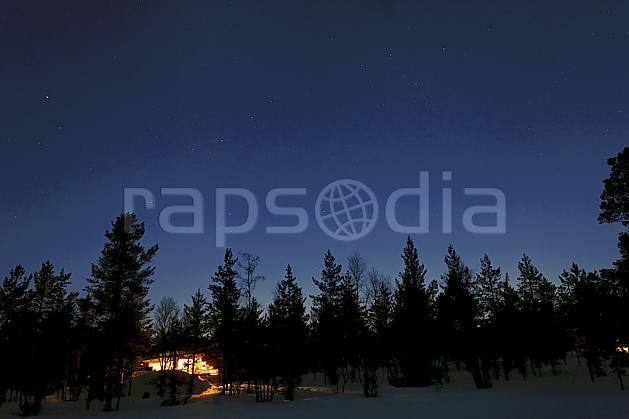 ea061433LE : Nuit en Laponie.  Europe, CEE, nuit, lumière, hôtel, habitation, habitation, C02, C01 flore, paysage, voyage aventure (Finlande).