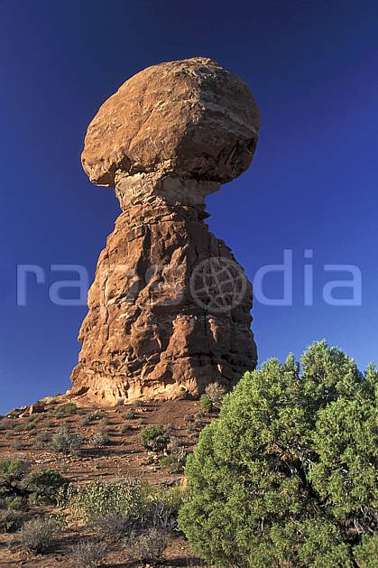 ea0654-05LE : Arches Park, Balanced rock, Utah.  Amérique du nord, pic, ciel bleu, parc américain, C02, C01 paysage, voyage aventure (Usa).