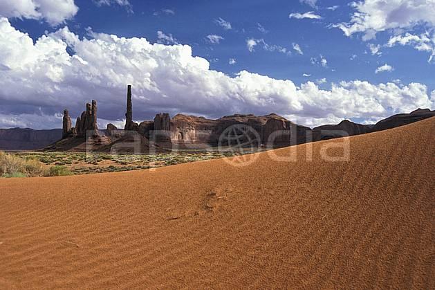 ea0656-10LE : Monument Valley, Totem Pole, Arizona.  Amérique du nord, pic, ciel nuageux, parc américain, C02 désert, paysage, voyage aventure (Usa).