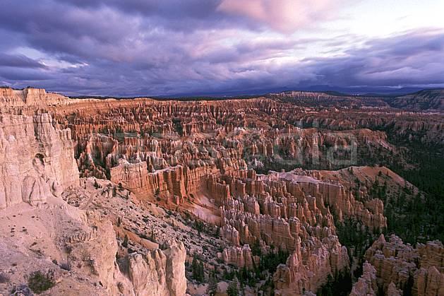 ea0661-28LE : Bryce Canyon depuis Bryce Point, Utah.  Amérique du nord, pic, ciel nuageux, évasion, espace, parc américain, pureté, érosion, C02, C01 désert, paysage, voyage aventure (Usa).