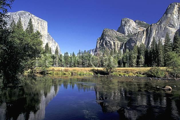 ea0667-31LE : Yosemite National Park, California.  Amérique du nord, ciel bleu, falaise, parc américain, sapin, C02, C01 lac, paysage, voyage aventure (Usa).