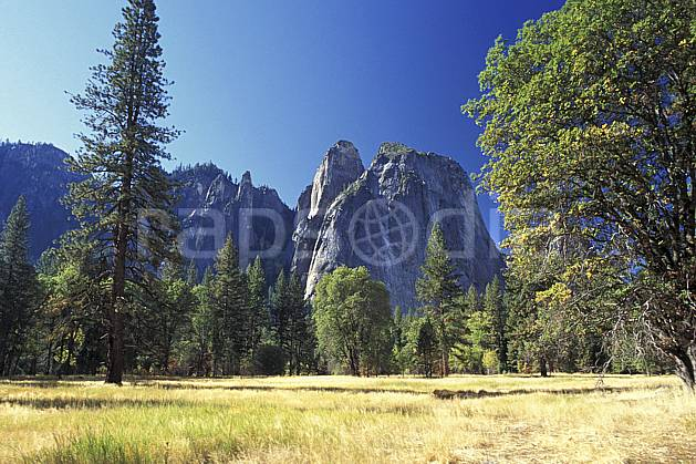 ea0670-20LE : Yosemite National Park, Cathedral Rocks, California.  Amérique du nord, ciel bleu, falaise, herbe, parc américain, sapin, C02, C01 arbre, paysage, voyage aventure (Usa).