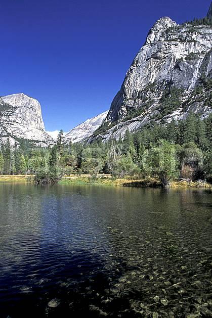 ea0670-34LE : Yosemite National Park, Mirror Lake, California.  Amérique du nord, ciel bleu, falaise, parc américain, sapin, C02, C01 lac, paysage, voyage aventure (Usa).