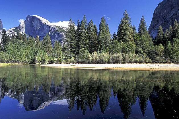ea0671-11LE : Yosemite National Park, Half Dome et Merced River, California.  Amérique du nord, ciel bleu, falaise, parc américain, sapin, C02, C01 arbre, lac, paysage, voyage aventure (Usa).