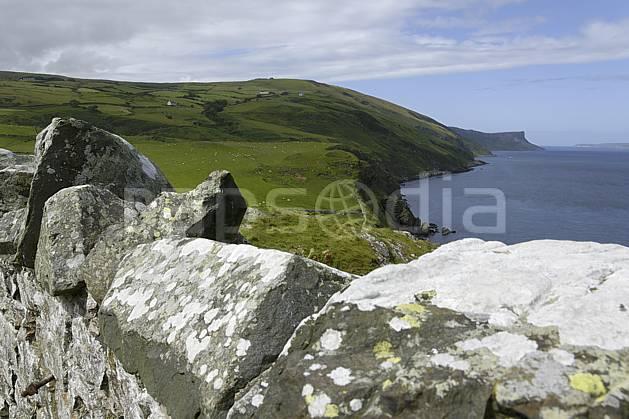 ea071760LE : Mur de pierre, Torr Head, Murlough Bay, Ulster (Irlande du Nord).  Europe, CEE, mur, littoral, pierre, C02 mer, paysage, voyage aventure (Irlande Royaume-Uni).