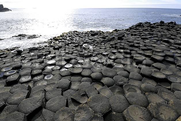 ea071937LE : Orgues basaltiques, Giant's Causeway (Chaussée des Géants), Ulster (Irlande du Nord). trek Europe, CEE, sport, loisir, action, sport aquatique, glisse, littoral, orgues, de, basalte, pierre, C02 mer, paysage, voyage aventure (Irlande Royaume-Uni).