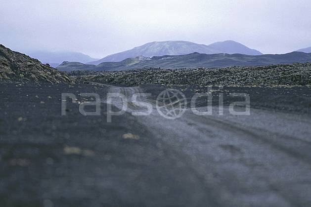 ea1018-32LE : Landmannalaugar.  ONU, OTAN, hazy, road environment, landscape, adventure trip (Iceland).