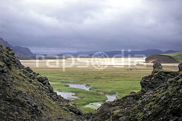 ea1020-30LE : Landmannalaugar.  ONU, OTAN, ciel nuageux, mauvais temps, C02, C01 paysage, rivière, voyage aventure (Islande).