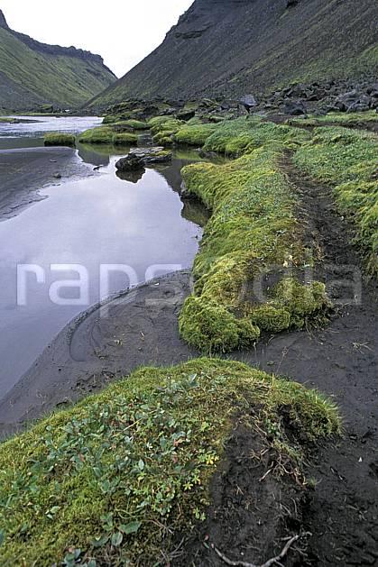 ea1027-25LE : Landmannalaugar.  ONU, OTAN, ciel voilé, mousse, C02, C01 paysage, rivière, voyage aventure (Islande).
