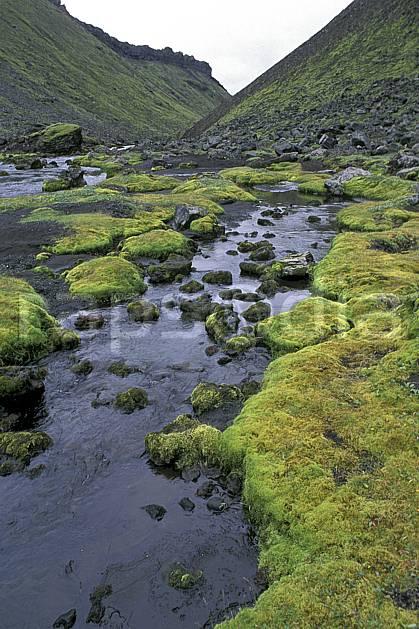 ea1027-32LE : Landmannalaugar.  ONU, OTAN, ciel voilé, mousse, C02, C01 paysage, rivière, voyage aventure (Islande).