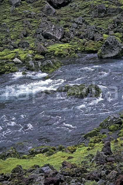 ea1028-06LE : Chute de Svartifoss.  ONU, OTAN, mousse, C02, C01 paysage, rivière, voyage aventure (Islande).