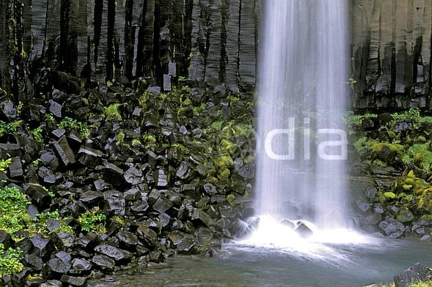 ea1028-26LE : Skaftafell, Chute de Svartifoss.  ONU, OTAN, gros débit, C02, C01 cascade, paysage, voyage aventure (Islande).