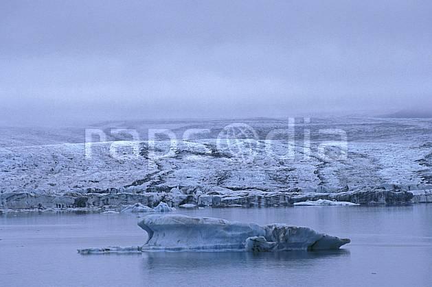 ea1032-09LE : Lac de Jökulsàrlon.  ONU, OTAN, ciel nuageux, glacier, iceberg, mauvais temps, C02, C01 paysage, voyage aventure, mer (Islande).