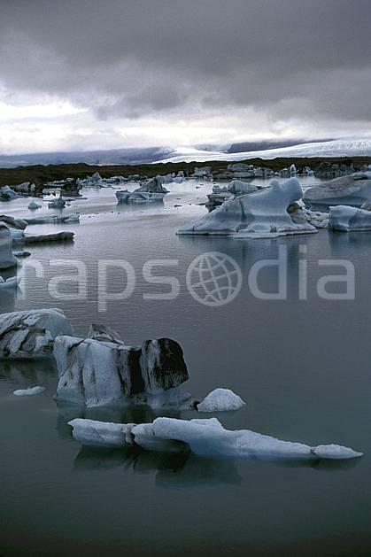 ea1032-11LE : Lac de Jökulsàrlon.  ONU, OTAN, littoral, ciel nuageux, iceberg, mauvais temps, C02, C01 paysage, voyage aventure, mer (Islande).