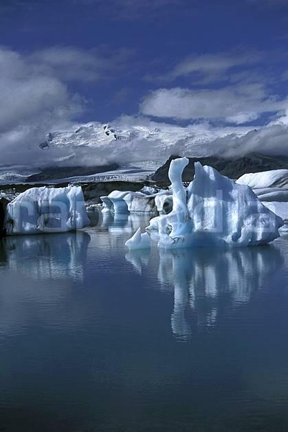 ea1033-22LE : Lac de Jökulsàrlon.  ONU, OTAN, littoral, ciel nuageux, iceberg, C02, C01 paysage, voyage aventure, mer (Islande).