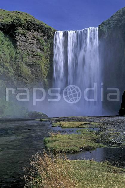 ea1035-30LE : Chutes de Skogafoss.  ONU, OTAN, ciel bleu, gros débit, C02, C01 cascade, paysage, voyage aventure (Islande).
