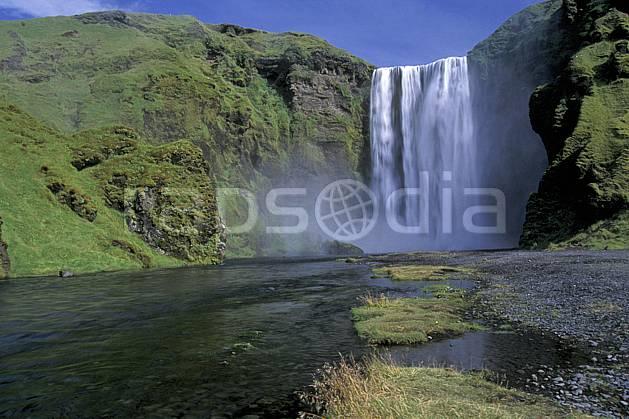 ea1035-31LE : Chutes de Skogafoss.  ONU, OTAN, ciel bleu, gros débit, C02, C01 cascade, paysage, voyage aventure (Islande).