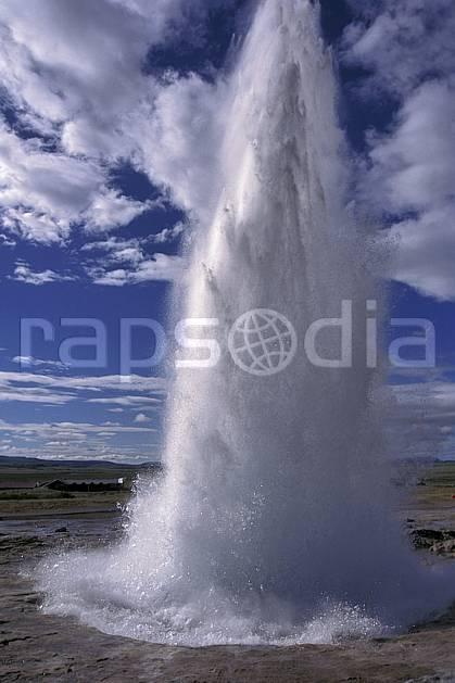 ea1038-32LE : Geyser.  ONU, OTAN, ciel nuageux, geyser, C02, C01 paysage, voyage aventure (Islande).