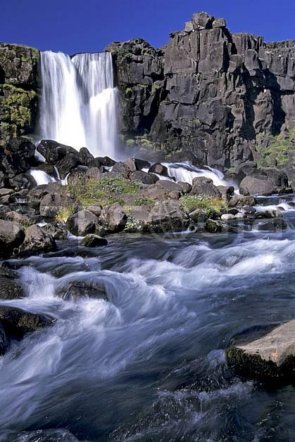 ea1040-33LE : Thingvellir, Chute de Oxararfoss.  ONU, OTAN, ciel bleu, gros débit, C02, C01 cascade, paysage, rivière, voyage aventure (Islande).