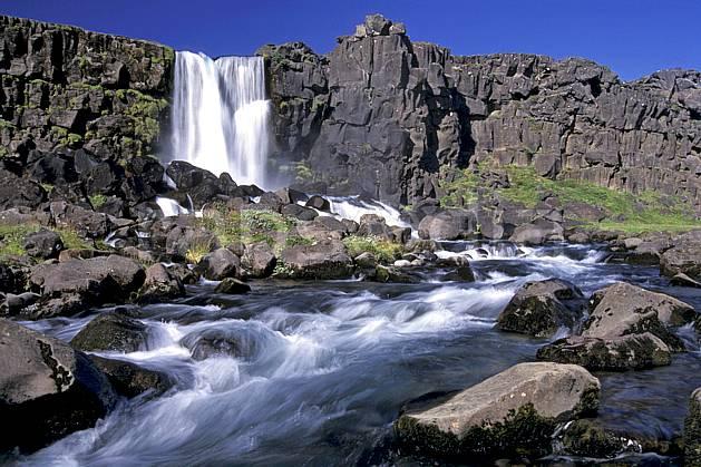 ea1040-34LE : Thingvellir, Chute de Oxararfoss.  ONU, OTAN, ciel bleu, gros débit, C02, C01 cascade, paysage, rivière, voyage aventure (Islande).