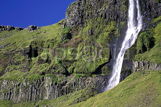 ea1042-10LE : Aux alentours de Snaefellsjokull.  ONU, OTAN, ciel bleu, gros débit, herbe, C02, C01 cascade, paysage, voyage aventure (Islande).
