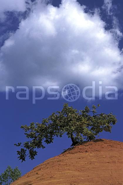 ea1191-19LE : Ocres du Lubéron.  Europe, CEE, ciel nuageux, C02, C01 arbre, nuage, paysage, voyage aventure (France).