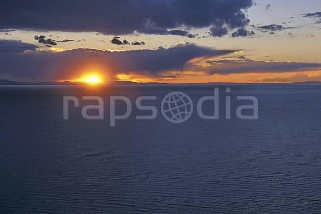 ea1210-35LE : Lac Titicaca.  Amérique du sud, Amérique Latine, Amérique, ciel nuageux, coucher de soleil, C02, C01 lac, nuage, paysage, soleil, voyage aventure (Bolivie).