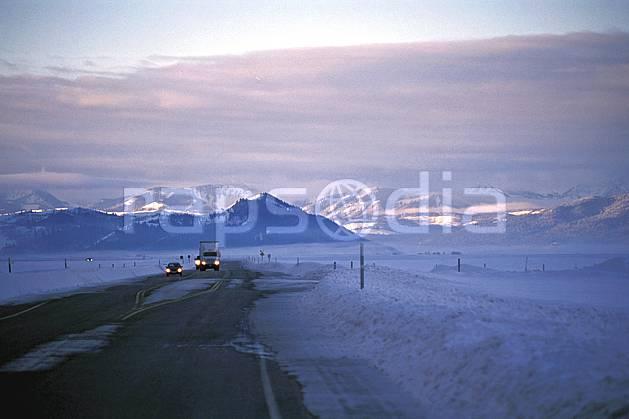ea1983-24LE : Route de Yellostone, Wyoming.  Amérique du nord, camion, ciel nuageux, route, C02, C01 environnement, paysage, transport, voyage aventure (Usa).
