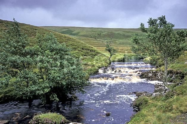 ea2067-07LE : Rivière, Highlands, Ecosse.  Europe, CEE, ciel nuageux, herbe, écosse, C02, C01 paysage, rivière, voyage aventure (Royaume-Uni).