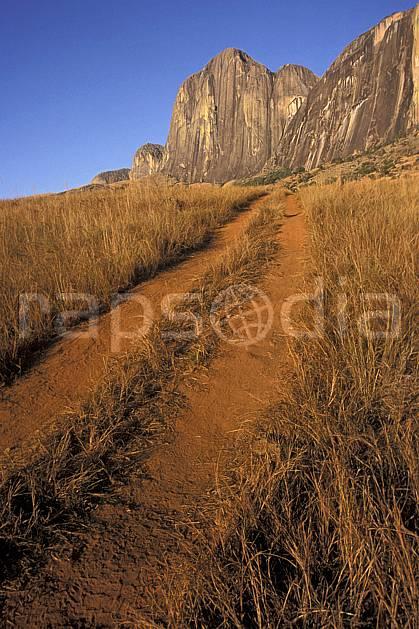 ea2244-05LE : Vallée du Tsaranoro.  Afrique, Afrique de l'est, sentier, ciel bleu, falaise, herbe, C02, C01 paysage, voyage aventure (Madagascar).