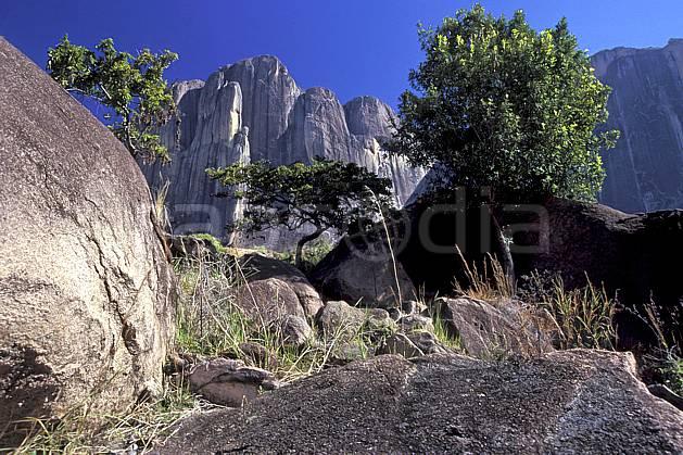 ea2245-06LE : Massif de l'Andringitra, Vallée du Tsaranoro.  Afrique, Afrique de l'est, ciel bleu, falaise, C02, C01 paysage, voyage aventure (Madagascar).