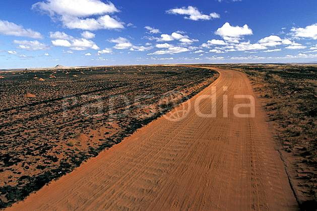 ea2249-24LE : RN 7 vers Ihosy.  Africa, East Africa, footpath, cloudy, road desert, environment, landscape, adventure trip (Madagascar).