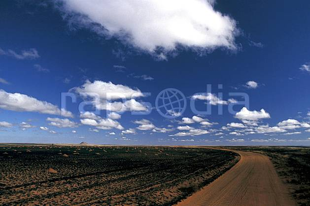 ea2249-25LE : RN 7 vers Ihosy.  Africa, East Africa, footpath, blue sky, escapism, espace, clearness, road desert, environment, cloud, landscape, adventure trip (Madagascar).